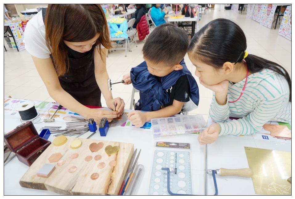 (三峽特色市集)三峽文化旅行|公有市場親子DIY、特色文學市集活動、裹小腳土地婆~老街、市集、地方文創~