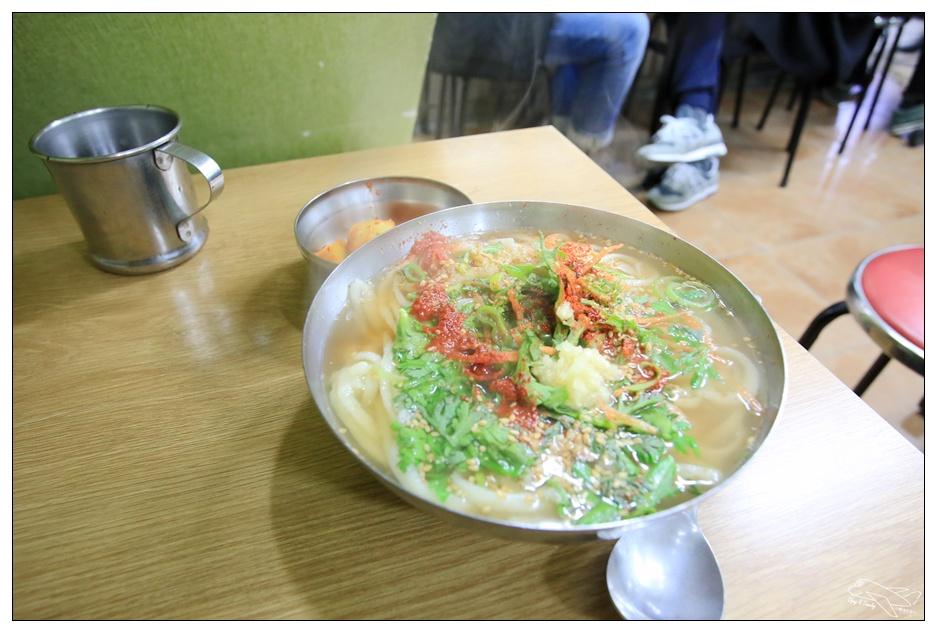 釜山美食|西面市場機張手工刀切麵기장손칼국。服務態度好、餐食簡單、好吃、吃很飽~
